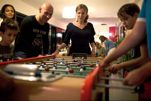 Mercredi soir 17 août, partie de baby-foot improvisée au domicile de Michel Py, maire de Leucate (Aude), pour Louis-Abel et Paul-Elie, sous l'œil attentif de leur mère.