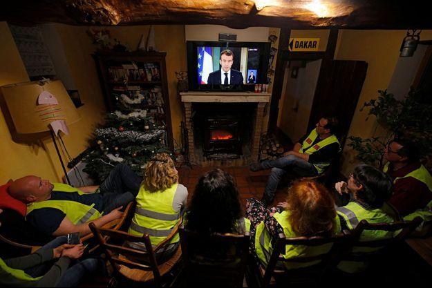 """Des """"gilets jaunes"""" regardent l'allocution d'Emmanuel Macron, lundi soir à Gaillon."""