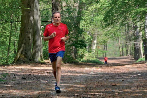 Nicolas Dupont-Aignan lors de son footing dans une forêt de son fief de Yerres, dans l'Essonne, le 20 avril.