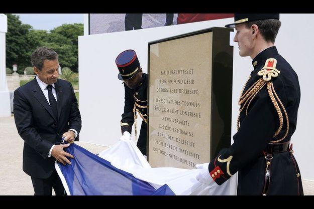 Nicolas Sarkozy inaugurant la plaque commémorative dans les jardins du Luxembourg.