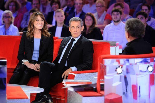 """Carla Bruni et Nicolas Sarkozy sur le divan de """"Vivement dimanche prochain""""."""