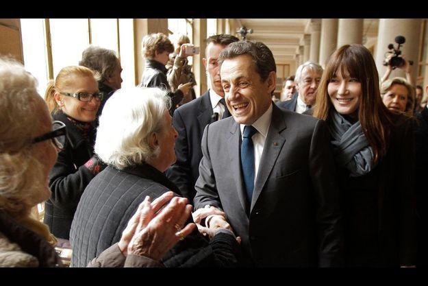 Nicolas Sarkozy et Carla Bruni au bureau de vote du lycée Jean-de-La-Fontaine, dans le XVIe arrondissement, à Paris.