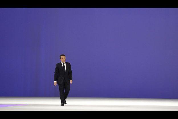 Nicolas Sarkozy arrive sur scène lors de son rassemblement géant de Villepinte, le 11 mars.
