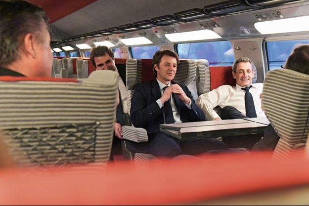 François Baroin et Nicolas Sarkozy dans le TGV qui les ramène de Lille, le 8 juin