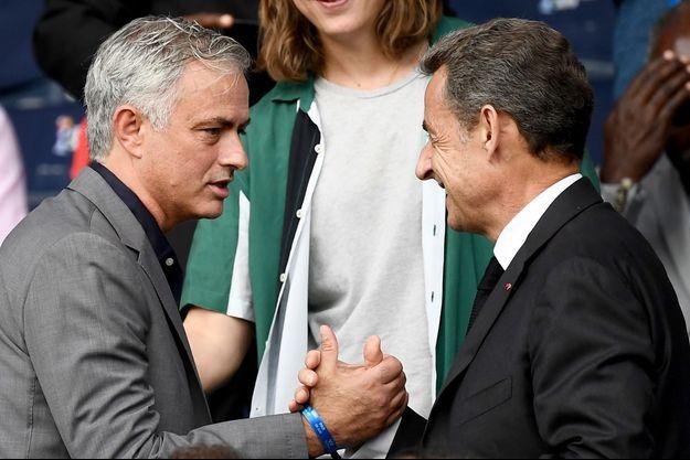 Nicolas Sarkozy salue l'entraîneur portugais José Mourinho dans les tribunes du Parc des Princes.