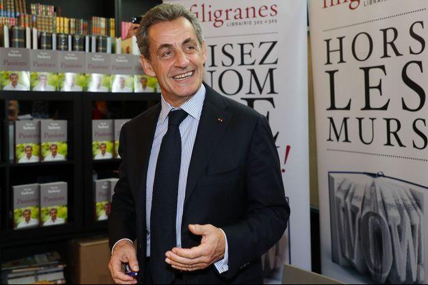 """Nicolas Sarkozy ici lors d'une séance de dédicaces de son livre """"Passions"""" en octobre à Bruxelles."""