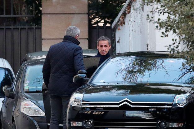 Nicolas Sarkozy près de son domicile, mercredi matin.