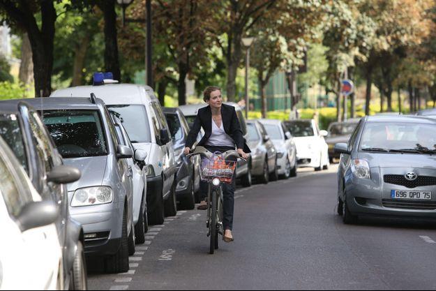 Nathalie Kosciusko-Morizet, fervente utilisatrice de Vélib', sillonne Paris pour aller à la rencontre des Parisiens.