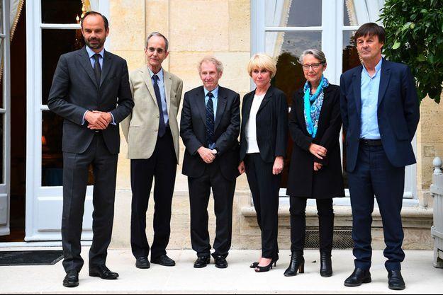 De gauche à droite : Edouard Philippe, Elisabeth Borne, Nicolas Hulot, Gerard Feldzer, Michel Badre et Anne Boquet, devant l'Hôtel de Matignon le 1er juin.