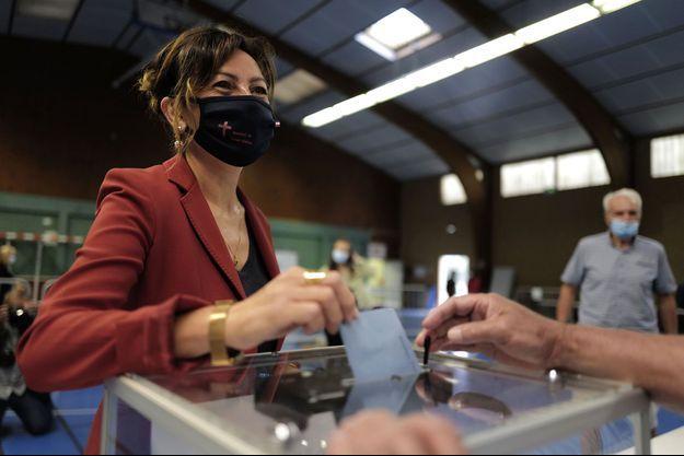 Carole Delga dans un bureau de vote à Martres-Tolosane, en Haute-Garonne, dimanche.