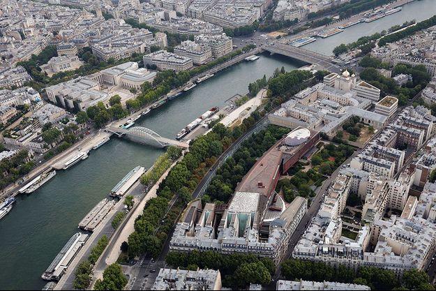 Vue aérienne sur le quai Branly, à Paris.