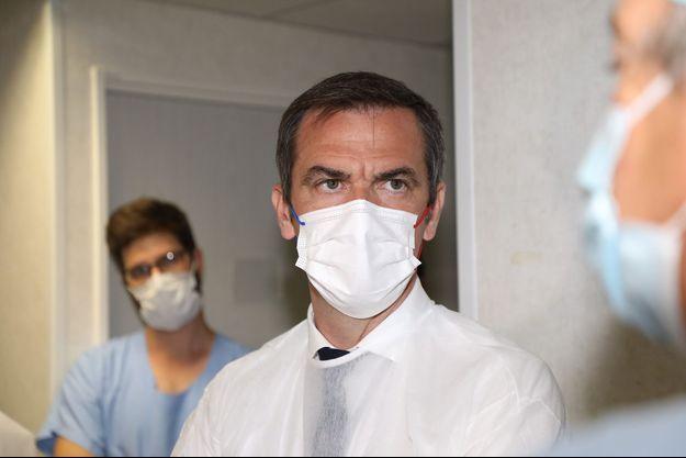 Olivier Véran lors d'une visite au centre hospitalier d'Aix-en-Provence le 5 août 2021