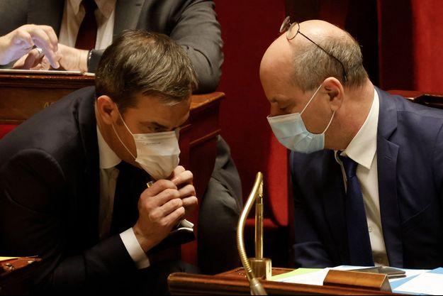 Olivier Véran et Jean-Michel Blanquer mardi à l'Assemblée nationale.