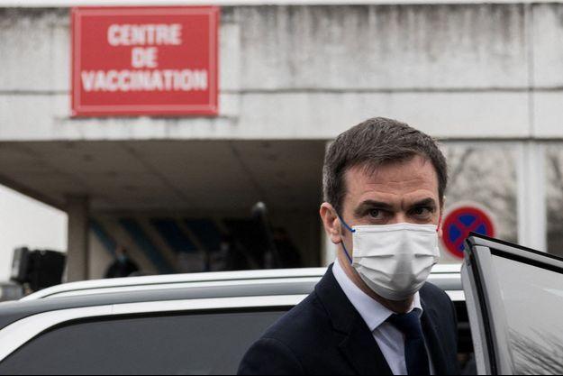 Le ministre de la Santé Olivier Véran a reçu sa première dose de vaccin lundi.