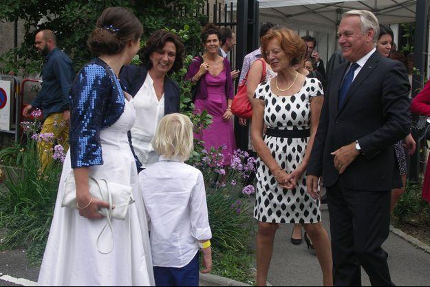 Jean-Marc et Brigitte Ayrault, le samedi 30 août, lors du mariage d'une de ses vieilles connaissances.