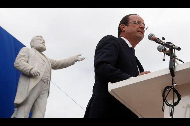 François Hollande sous la statue de Jaurès, le 16 avril, à Carmaux.