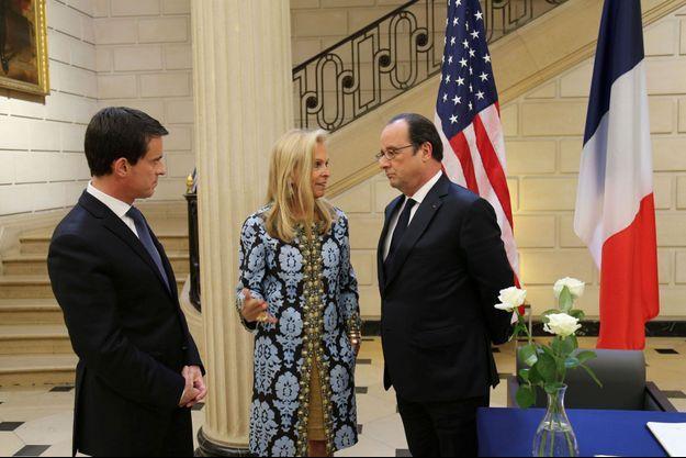 """François Hollande, accompagné de Manuel Valls, s'est rendu à l'ambassade des Etats-Unis à Paris pour """"exprimer sa compassion""""."""