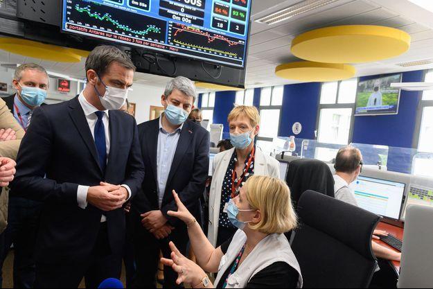 Olivier Véran jeudi lors d'une visite auprès des équipes du Samu de l'hôpital parisien de Necker.