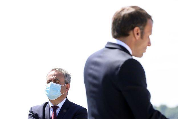 Xavier Bertrand et Emmanuel Macron à La Ville-aux-Bois-les-Dizy, dans l'Aisne, le 17 mai.