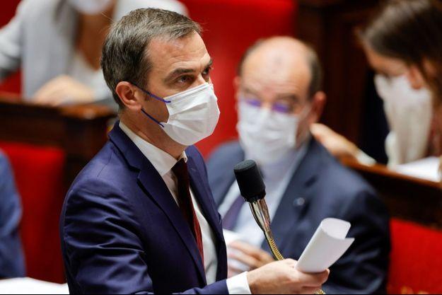 Le ministre de la Santé Olivier Veran, devant le Premier ministre Jean Castex à l'Assemblée nationale, le 20 juillet 2021.