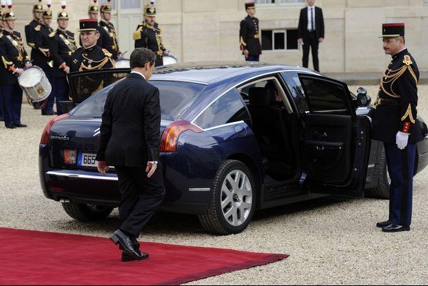 Nicolas Sarkozy retourne seul à sa voiture lors de la passation de pouvoirs de mai 2012.