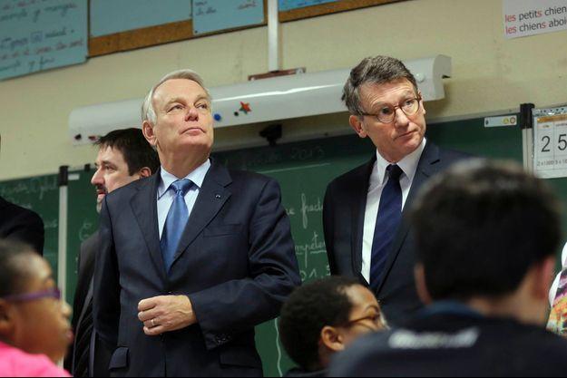 Jean-Marc Ayrault et Vincent Peillon dans une école de Cluny le 15 novembre .