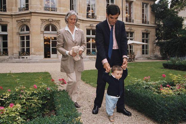 En septembre 2002, François Fillon dans le jardin du ministère des Affaires sociales du Travail et de la Solidarité, accompagne les premiers pas d'Arnaud, 1 an, en compagnie de Penelope.