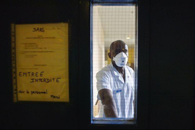 Le 3 avril 2003, à l'hôpital Bichat, à Paris, où des patients suspectés de présenter le syndrome respiratoire aigu sévère (Sras), étaient alors hospitalisés.