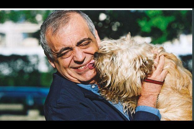 Au départ, il disait qu'il n'aimait pas les chiens, mais un minuscule cairn terrier, nommée Dolly, l'avait mis en laisse.