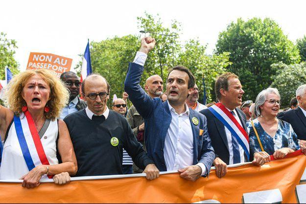 Florian Philippot , le poing levée, entouré de Martine Wonner, Fabrice Di Vizio, Nicolas Dupont-Aignan et Jacline Mouraud , samedi dernier au défilé parisien;.