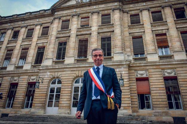 Pierre Hurmic devant l'hôtel de Ville à Bordeaux.