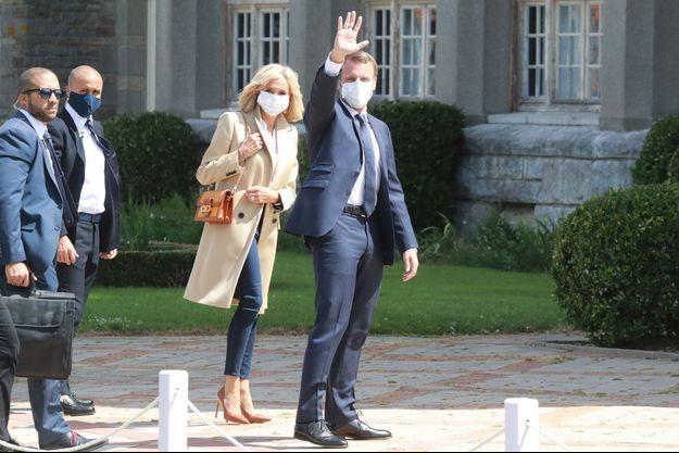 Emmanuel et Brigitte Macron, masqués, au Touquet pour le second tour des municipales fin juin.