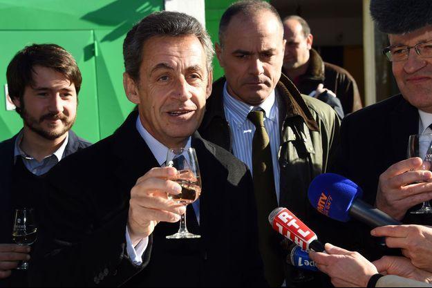 Nicolas Sarkozy boit un verre de vin à Nîmes, le 21 janvier.