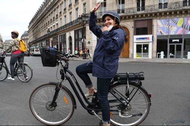 Anne Hidalgo dimanche à Vélo dans Paris.