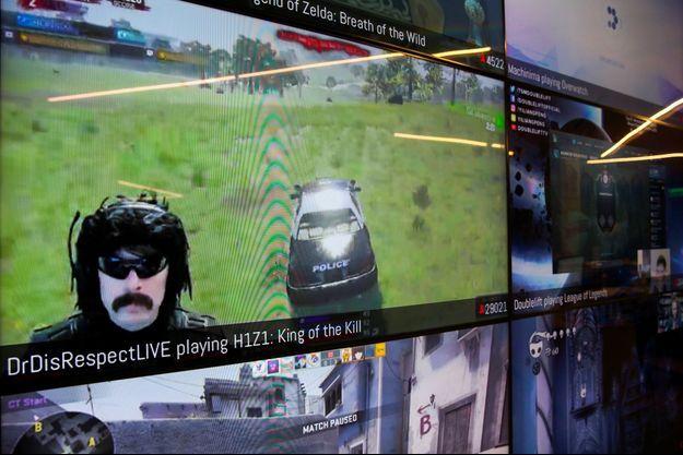 Un écran montrant des diffusions de jeux vidéos via Twitch, dans les locaux de l'entreprise à San Francisco en 2017.