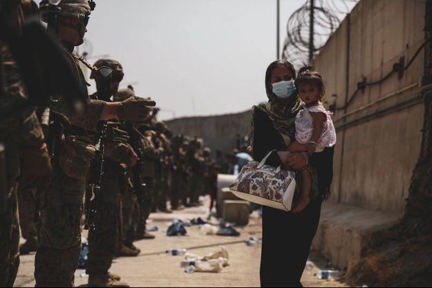 L'armée américaine tente de mettre fin au chaos aux abords de l'aéroport de Kaboul.