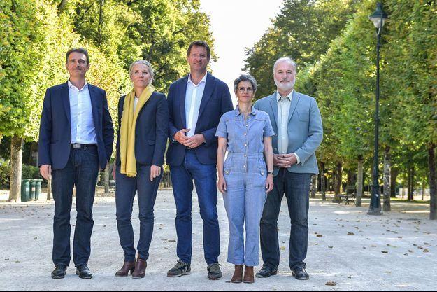 Les candidats à la primaire écologiste pour les présidentielles 2022 ; Eric Piolle, Delphine Batho, Yannick Jadot, Sandrine Rousseau et Jean Marc Governatori, au Parc de Blossac à Poitiers le 20 août.