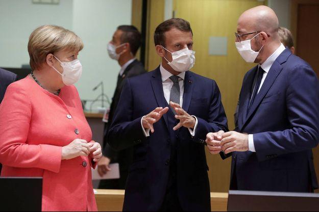 Emmanuel Macron entouré d'Angela Merkel et de Charles Michel à Bruxelles, le 17 juillet 2020.