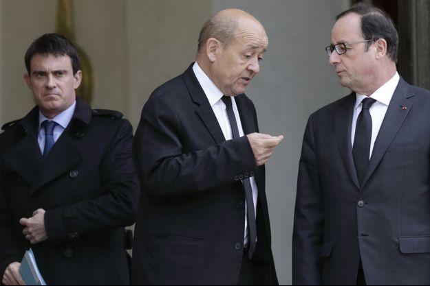 Jean-Yves Le Drian, Francois Hollande et Manuel Valls sur le perron de l'Élysée, en janvier 2015.