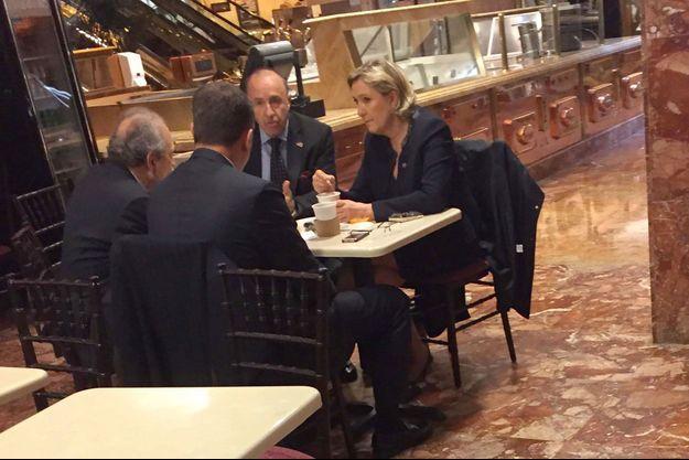 Marine Le Pen et Guido Lombardi, installés à la boutique de glaces de la Trump Tower, jeudi à New York.