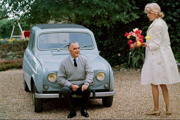 Georges et Claude Pompidou, en juin 1969, dans la cour de leur maison d'Orvilliers, dans les Yvelines.