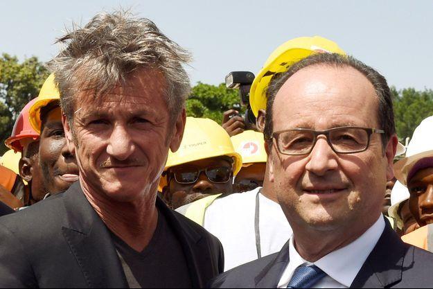 Le président François Hollande avec Sean Penn à Port-au-Prince, mardi.