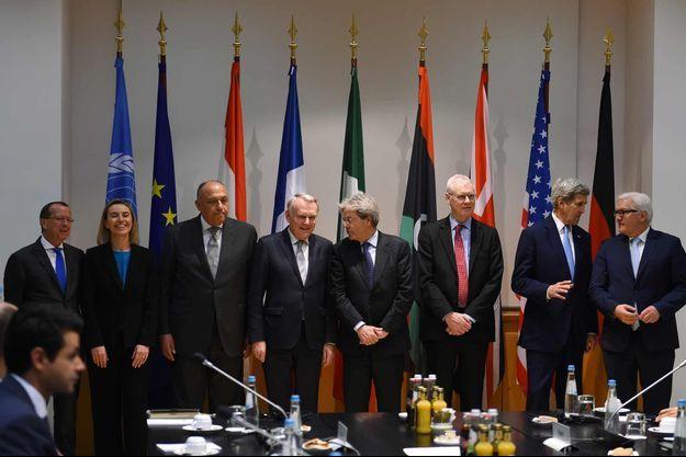 Jean-Marc Ayrault entouré de Martin Kobler, représentant spécial du secrétaire général des Nations unies pour la Libye, Federica Mogherini, vice-présidente de la Commission européenne, Sameh Shoukry, ministre égyptien des Affaires étrangères, Paolo Gentiloni, John Kerry, et Frank-Walter Steinmeier.