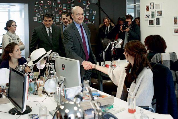 Alain Juppé lors d'une visite de l'entreprise Ulule
