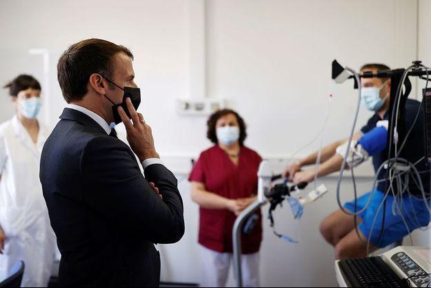 Emmanuel Macron lors de sa visite à l'hôpital Foch de Suresnes le 22 avril 2021.