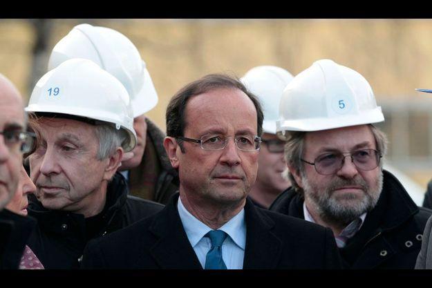 Le candidat socialiste est passé de la chaleur des Antilles aux hauts fourneaux de l'Est de la France, comme ici, à l'aciérie de Akers, à Thionville, mardi.