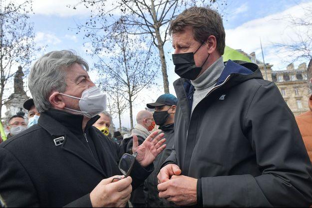 Yannick Jadot et Jean-Luc Mélenchon lors d'une manifestation en mars.