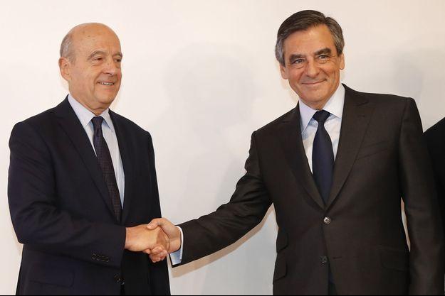 La poignée de mains entre Alain Juppé et François Fillon à la Haute autorité de la primaire.
