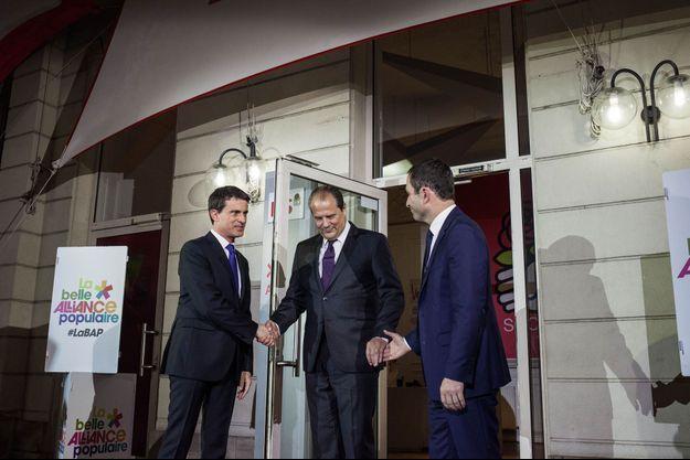 Poignée de mains express entre Benoît Hamon et Manuel Valls, dimanche soir, au siège du PS, avec Jean-Christophe Cambadélis.