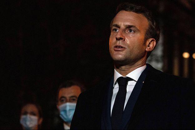 Emmanuel Macron, vendredi soir sur les lieux de l'attaque, à Conflans-Saine-Honorine.